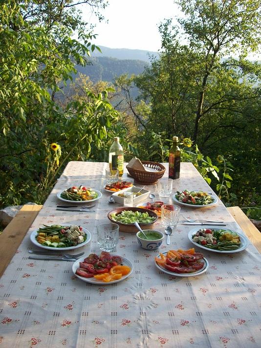 's avonds samen tafelen bij de vijgenboom