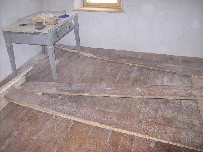 de originele plankenvloer terug in elkaar puzzelen