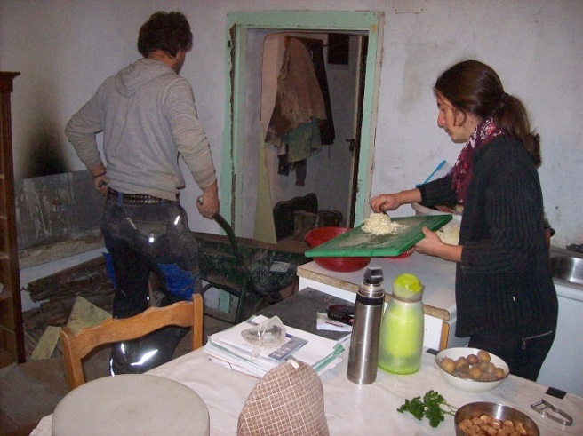 Uitgebroken vloeren, kruiwagens met beton die passeren of stofwolken: zij blijft koken!