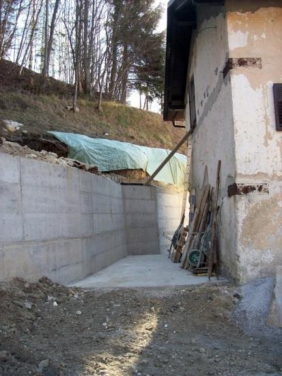 keermuur: muur chauffagekot. Later komt er een dak op deze muur, tegen de gevel van het huis