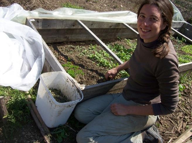 één van haar hobby's: sla'tjes soigneren in de koude kas