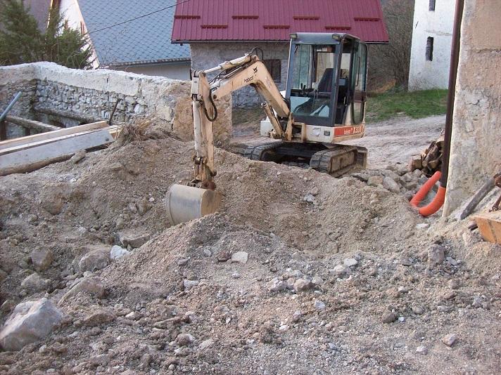 Hulp van het kraantje voor het grove werk. Nadien met kruiwagen, houweel en schop aan de slag.