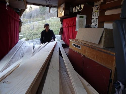 latten met verschillende breedtes besteld bij de houthandelaar in het dorp en tand & groef ingefreesd bij de schrijnwerker. Bakske vol, ons camionet!