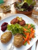 huisgemaakte burgers, aardappel uit de oven, rode biet - appelmoes en erwtjes met wortel en een sla'tje uit de tuin