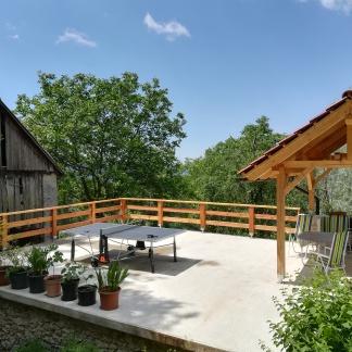 terras met pingpongtafel en hangmat